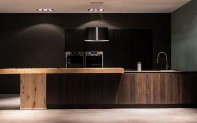 מטבח יוקרה שחור ועץ